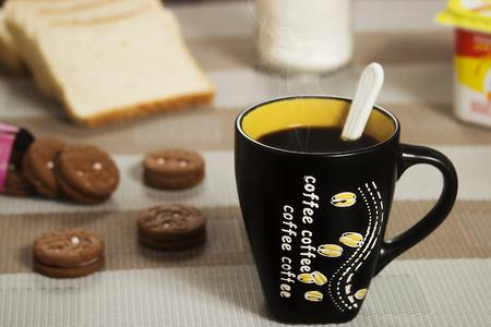 tarde de cafe: azúcar, galletas, café, desayuno, café de la tarde, de café sobre la mesa, el pan Foto de archivo