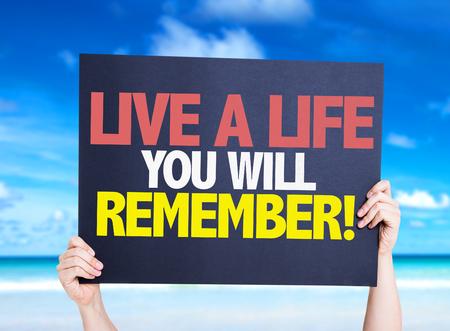 recordar: Vivir una vida que recordarás tarjeta con fondo de playa