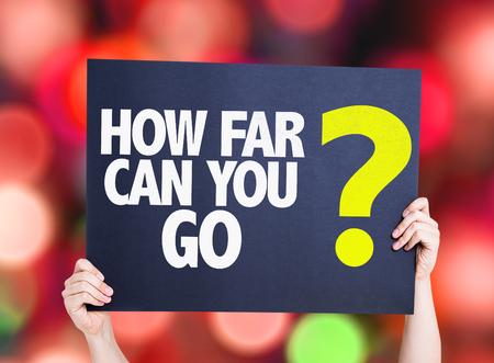 lejos: ¿Qué tan lejos puedes ir? Tarjeta con el fondo del bokeh
