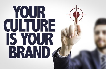 honestidad: hombre de negocios que señala el texto: Su cultura es su marca de fábrica