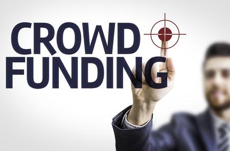 Zaken man wijst naar transparante bord met de tekst: Crowdfunding