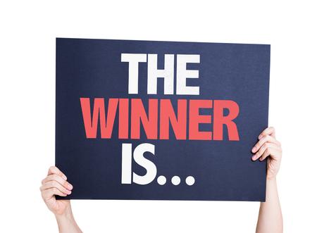 ganador: El ganador es ... tarjeta de aislados en blanco