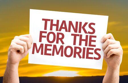 agradecimiento: Manos que sostienen Gracias por la tarjeta de recuerdos con el fondo de la puesta del sol