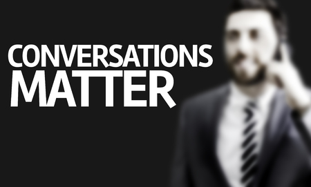 comunicacion oral: hombre de negocios con las conversaciones de texto provisto de im�genes en un concepto