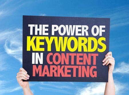 Il Potere delle Parole Chiave in carta di Content Marketing con lo sfondo del cielo
