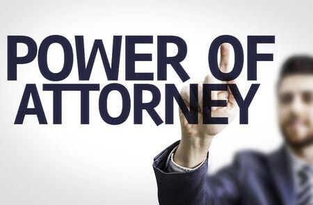 abogado: hombre de negocios apuntando hacia el tablero transparente con el texto: el poder de abogado