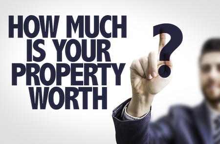 Zaken man wijst naar transparante bord met de tekst: Hoeveel is uw eigendom waard?