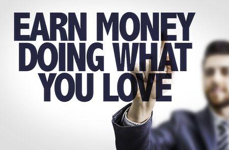 L'homme d'affaires pointant le texte Gagnez de l'argent ce que vous aimez