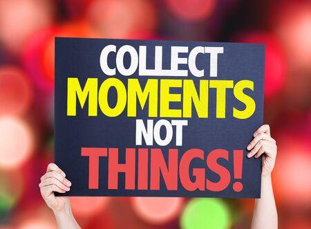 juntar: Manos que sostienen la tarjeta Momentos recoge no cosas con el fondo del bokeh