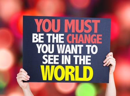 responsabilidad: Manos que sostienen que debe ser el cambio que deseas ver en el mundo Tarjeta con el fondo del bokeh