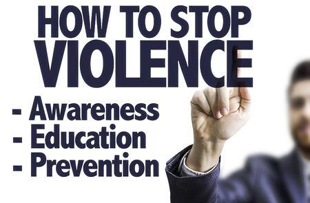 violencia: hombre de negocios que señala el texto: Cómo detener la violencia
