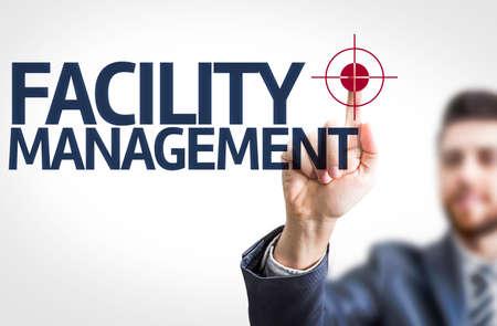Zaken man wijst naar transparante bord met de tekst: Facility Management