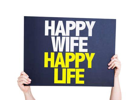 marido y mujer: Manos que sostienen la tarjeta de la vida feliz de la esposa feliz aislado en el fondo blanco