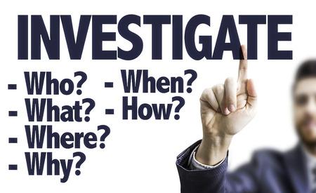 hombre de negocios apuntando hacia el tablero transparente con el texto: Investigar