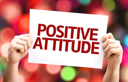 actitud positiva: Hands holding card with text Positive attitude on bokeh background