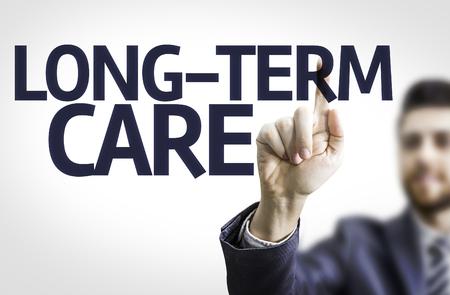 pflegeversicherung: Geschäftsmann, den Text der Langzeitpflege zeigen Lizenzfreie Bilder