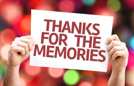 agradecimiento: Tomados de la mano de cart�n con el texto Gracias por los recuerdos en el fondo del bokeh Foto de archivo