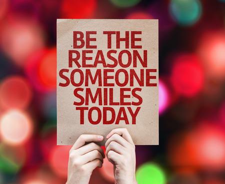 Hände Karton hält mit der Grund, jemand lächelt heute auf Bokeh Hintergrund Lizenzfreie Bilder