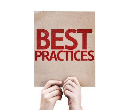 Handen die karton met Best Practices op een witte achtergrond