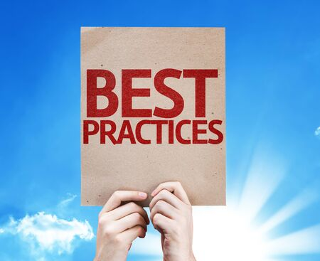 Handen die karton met Best Practices op een witte achtergrond Stockfoto