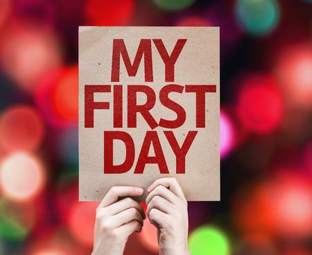 Hand holding karton met My First Day op de achtergrond bokeh Stockfoto