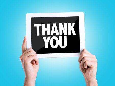 fond de texte: Une main tenant carton avec Thank You sur fond bleu