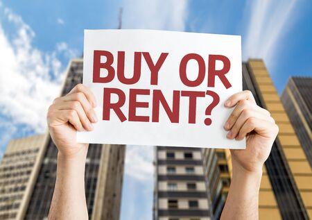 Mani che reggono l'acquisto o l'affitto? carta con uno sfondo urbano Archivio Fotografico