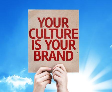 identidad cultural: Manos que sostienen su cultura es su tarjeta de la marca de fábrica con fondo de cielo