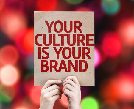 identidad cultural: Manos que sostienen su cultura es su tarjeta de la marca de fábrica con colores de fondo con las luces desenfocado