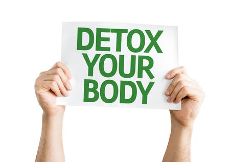 Manos que sostienen la tarjeta de desintoxicación de su Cuerpo