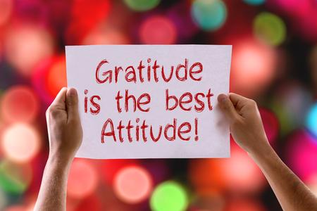 agradecimiento: Gratitud manos sosteniendo la tarjeta es mejor actitud con el fondo del bokeh Foto de archivo