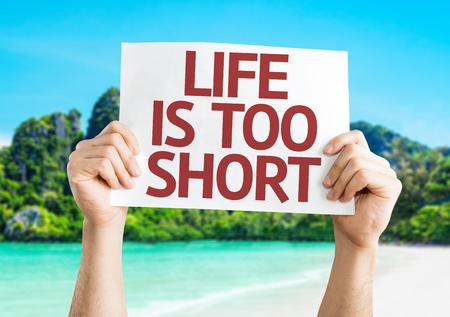 Handen met leven is te kort kaart met een strand op de achtergrond