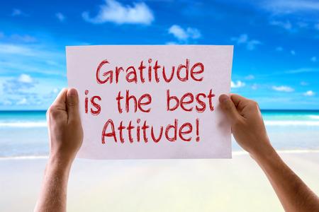 agradecimiento: Gratitud manos sosteniendo la tarjeta es mejor actitud con fondo de playa