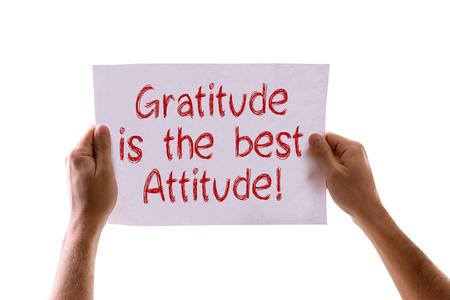 agradecimiento: Manos es la tarjeta mejor actitud aislada que sostiene Gratitud en el fondo blanco
