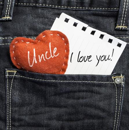 Oom, ik hou van jou! geschreven op een stuk papier en een hart op een spijkerbroek