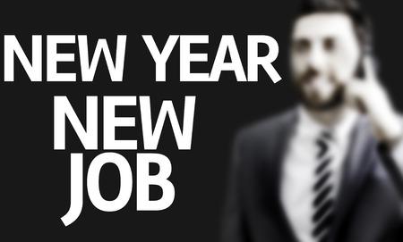 Geschäftsmann mit dem Text des neuen Jahres Neuer Job in ein Konzept-Bild