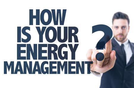 L'homme d'affaires pointant le texte Comment est votre gestion de l'énergie Banque d'images