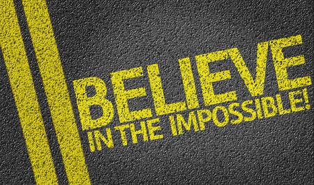 positivismo: Creer en lo imposible por escrito en la carretera