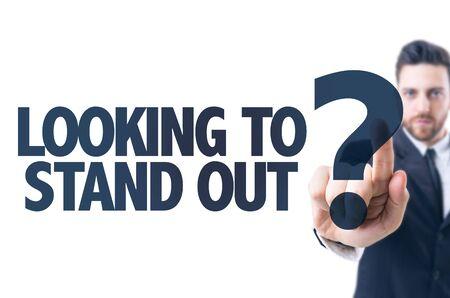 Bedrijfs mens die de tekst: Looking to Stand Out?