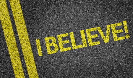 believe: �Yo creo! escrita en la carretera