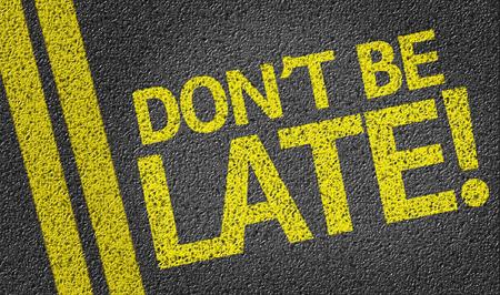 llegar tarde: No sea atrasado! escrito en la carretera
