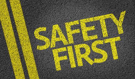 Safety First auf der Straße geschrieben Standard-Bild - 61288864