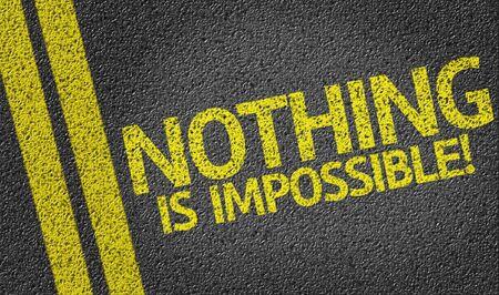 Niente è impossibile scritto su strada asfaltata