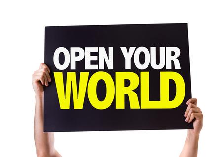 el mundo en tus manos: Manos que sostienen la pizarra con su mundo abierto en el fondo blanco