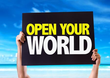 el mundo en tus manos: Manos que sostienen la pizarra con su mundo abierto en el fondo de la playa