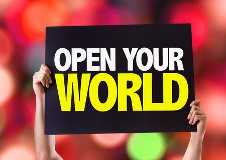 el mundo en tus manos: Manos que sostienen la pizarra con su mundo abierto en el fondo del bokeh