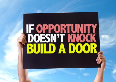 tocar la puerta: Manos que sostienen la tarjeta con el texto Si la oportunidad no llama a construir una puerta en el fondo del cielo Foto de archivo