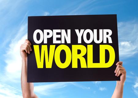 el mundo en tus manos: Manos que sostienen la pizarra con su mundo abierto en el fondo del cielo Foto de archivo