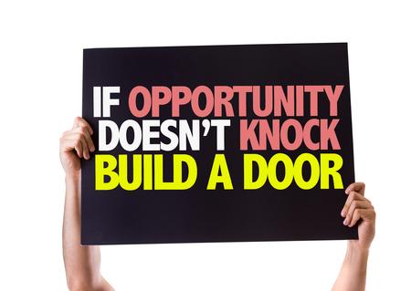 tocar la puerta: Manos que sostienen la tarjeta con el texto Si la oportunidad no llama a construir una puerta en el fondo blanco Foto de archivo