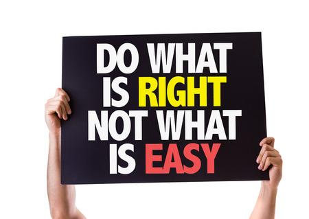 valores morales: Manos que sostienen la tarjeta con el texto Hacer lo correcto no es lo que es f�cil en el fondo blanco